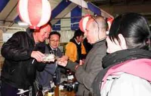 外国人来場者にも人気の奄美黒糖焼酎コーナー=10月31日、東京・有楽町駅前
