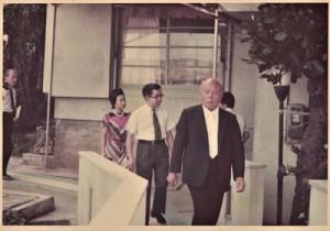 常陸宮ご夫妻をエスコートする東光明さん(右)=1973年