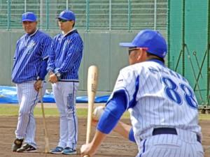 ノックを見守るラミレス監督(左)=9日、名瀬市民球場