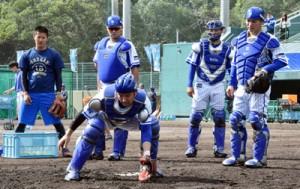捕球練習に汗を流す捕手陣=9日、名瀬市民球場