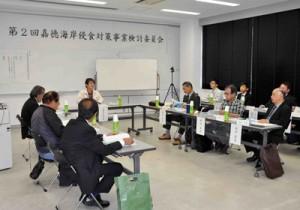 嘉徳海岸の侵食対策について協議した同海岸侵食対策事業検討委員会=25日、瀬戸内町
