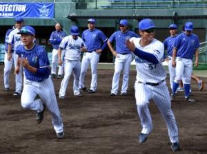 秋季キャンプをスタートさせたベイスターズの選手たち=3日、名瀬運動公園市民球場