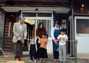 元田村長(左)と村内児童が行ったテープカット