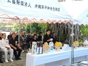 追悼の言葉を述べる遺族代表の廣森さん=7日、沖縄県糸満市