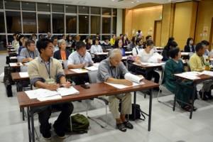 特例通訳案内士の研修開講式に臨む受講生ら=6日、奄美市名瀬