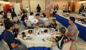 会食を楽しむ横浜DeNAベイスターズの選手と児童ら=14日、奄美市内のホテル