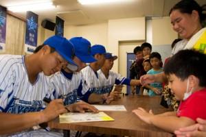 サイン会やキャッチボールで交流した寮生と選手たち=12日、奄美市名瀬