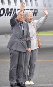 島民の歓声に手を振られる両陛下=18日午後2時35分ごろ、和泊町国頭の沖永良部空港
