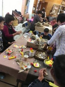 ワークショップを楽しむ参加者=25日、瀬戸内町加計呂麻島