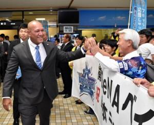 奄美入りし、市民らの歓迎を受けるラミレス監督ら=8日、奄美空港
