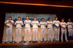来シーズンの抱負を語る濱口選手(左)=10日、奄美市名瀬の集宴会施設