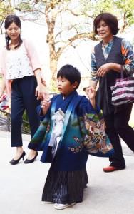 子どもの健やかな成長を祈願しようと神社を訪れる家族連れ=15日、奄美市名瀬の高千穂神社