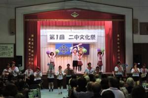 上嘉鉄小、第二中の校歌を演奏した卒業生の鼓笛隊=5日、旧第二中学校