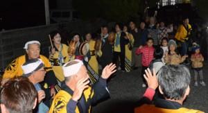 踊りながらヤーマワリをする住民ら=4日、龍郷町手広