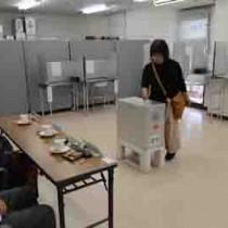 市長選の期日前投票で1票を投じる有権者=13日、奄美市名瀬