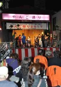 来場者が黒糖焼酎を味わいながら多彩なステージを楽しんだ「やんご祭り2017」=10日、奄美市名瀬