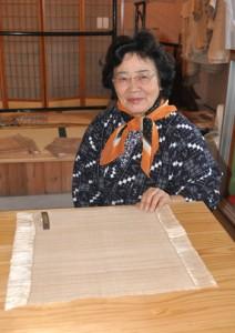 両陛下ご訪問に際し、ホテルでの食卓用のランチョンマットを製作した長谷川千代子さん=10日、知名町