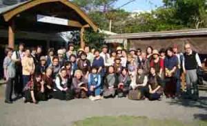 「大島紬の島奄美を訪ねる旅」の一行(提供写真)