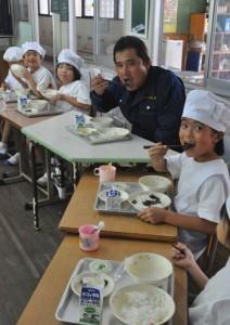 生産者とともに徳之島生まれの黒毛和牛を味わう児童ら=29日、徳之島町の亀徳小学校
