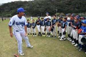 球児の質問に答える山本武白志内野手=12日、名瀬運動公園陸上競技場