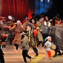 さまざまなステージで会場を沸かせた徳之島闘牛太鼓結成35年祭のイベント=19日、徳之島町文化会館