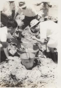 海岸で生き物を探す常陸宮さま(右)=1961年