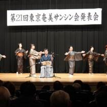 踊りも加わり「くんにょり節」を披露する受講生=10月21日、東京・豊島区