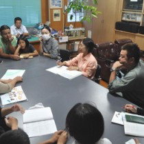 4家族がシマムニかるたなど、自作のコンテンツを紹介した中間懇談会