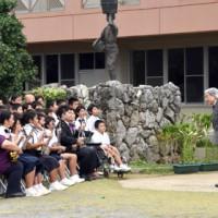 天皇、皇后両陛下に「永良部百合の花」を披露する児童=18日正午ごろ、和泊町国頭の国頭小学校