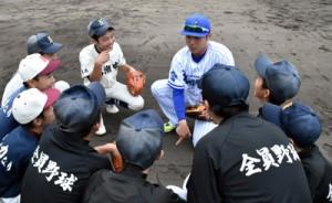 佐野恵太内野手から捕球のアドバイスを受ける中学生ら=12日、名瀬運動公園市民球場