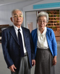 神戸市から寄贈品を持参した森賢治さん、徳子さん夫妻(上)と森周六の肖像画=10日、瀬戸内町立図書館・郷土館(提供写真)