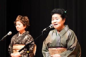 艶やかな歌声で聴衆を魅了した本田会主(右)=10月21日、東京・豊島区