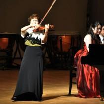 世界レベルの技術で聴衆を魅了した(左から)久保さん、川口さん=17日、奄美文化センター