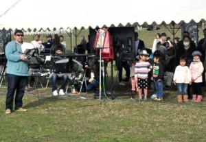ドローンの操縦技術を目にする来場者ら=10日、徳之島町健康の森総合運動公園