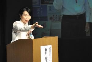 「おもてなし」について講演する古川さん=5日、和泊町