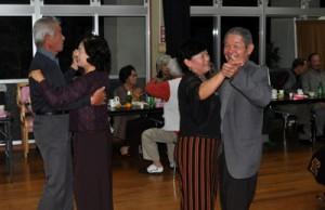 ダンスを楽しむ会員ら=24日、知名町