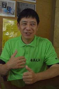 トマス技研の創業、今後の展開について語る福富さん=17年12月5日、沖縄・うるま市の本社