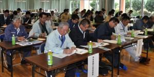 基盤整備事業や畑かん営農の推進に向け、関係機関の連携を確認したセミナー=18日、和泊町