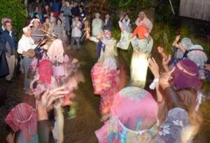 家々を踊り回って家内安全を祈願したムチムレ踊り=3日夜、大和村湯湾釜