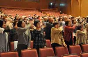250人が参加した「わきゃしまどぅくさネット・むんばなしのゆらい」=3日、龍郷町りゅうゆう館