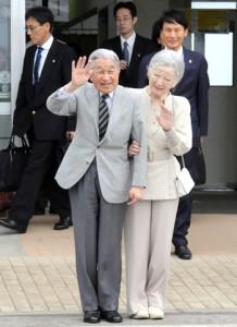 与論空港に到着し、出迎えた住民に手を振る天皇、皇后両陛下=11月17日、与論町