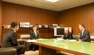 石井国交相(左から2人目)へ2018年度奄振予算の確保などを要請する自民、公明の関係委員会代表=15日、国交省