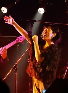 17年3月の卒業&レコ初記念ライブではバンド演奏をバックに激しいパフォーマンスを見せ観客を驚かせた=奄美市名瀬のライブハウスASIVI