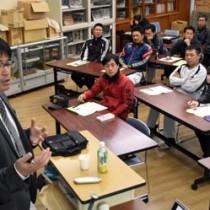 指導方法、技能向上についてアドバイする川村監督(左)=25日、大島高校