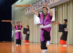 芸能発表会で踊りを披露する公民館講座生=3日、奄美市住用町