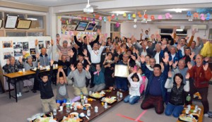 祝賀会で天皇杯受賞を喜ぶ宇検村阿室校区の住民たち=12月10日、平田集落公民館