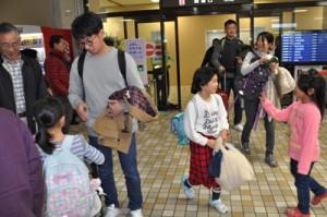 帰省ラッシュで混雑する到着ロビー=28日、奄美市笠利町の奄美空港