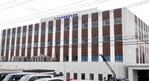 1日、新築移転オープンした沖永良部徳洲会病院=知名町