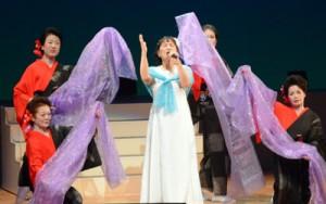 ラストを飾った紅組の「しぃちゃん」さん(上)、白組の南条かつみさん=3日、奄美市名瀬
