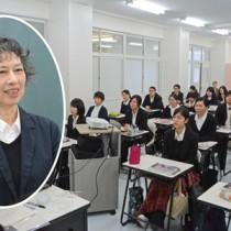 河田さん(円内)の講演を聴く奄美看護福祉専門学校の学生ら=8日、奄美市名瀬